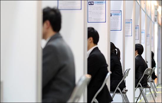 2011년 11월 30일 오후 코엑스에서 개막한 '코스닥 상장기업 취업 박람회'를 찾은 취업 준비생들이 각 업체 부스에 상담 및 면접을 보고 있다.