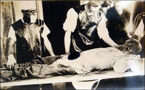 일본 관동군 731부대 의사들이 생체실험을 하는 모습