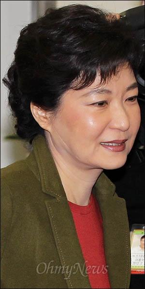 박근혜 한나라당 비상대책위원장이 5일 오전 국회에서 열린 비대위회의에 참석하고 있다.