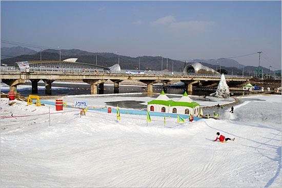 쉬리마을 얼음마당, 최장의 슬로프를 자랑하는 눈썰매장. 강을 뒤덮은 빙판까지 70m를 미끄러져 내려갈 수 있다. 다리 위의 '쉬리' '다슬기' 조형물이 인상적이다. 이곳에서는 매년 8월 다슬기축제도 열린다.