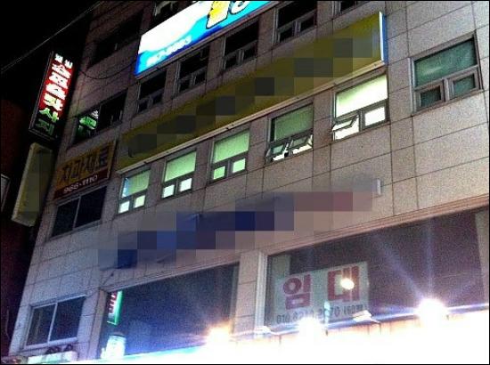 해가 진 이후에도 불이 켜져있는 대부업체 사무실의 전경.