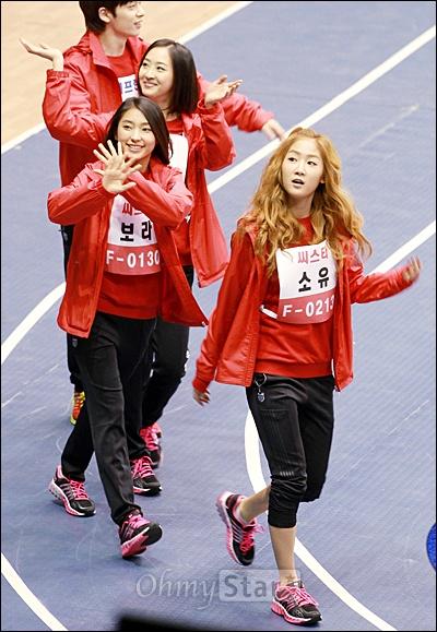 8일 저녁 서울 잠실실내체육관에서 열린 MBC 설특집 <아이돌 스타 육상 수영 선수권대회>에서 F팀의 씨스타가 입장하며 환호하는 팬들에게 손을 흔들고 있다.