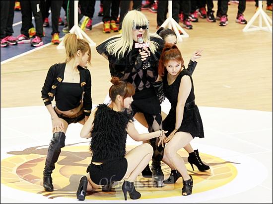 8일 저녁 서울 잠실실내체육관에서 열린 MBC 설특집 <아이돌 스타 육상 수영 선수권대회>에서 MC인 붐이 레이디 가가로 변신, 깜짝 쇼를 선보이고 있다.