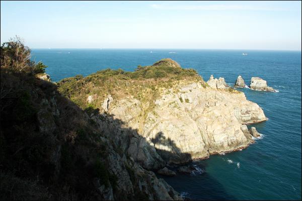 동도 외도보타니아 서도에서 바라 본 동도. 붙어 있는 것 처럼 보이지만, 떨어져 있는 섬이다.
