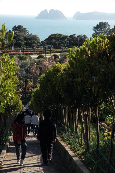 외도보타니아 천국의 계단으로 걸어가는 여행자들. 멀리 우리나라 명승 2호 해금강이 보인다.