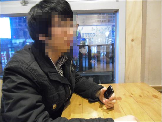 카페에서 인터뷰를 하고 있는 박수철(가명)씨.