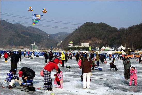 9일(월) 화천 산천어축제 얼음구멍낚시터 현장. 어린 아이들과 함께 온 가족들이 유난히 눈에 많이 띈다.