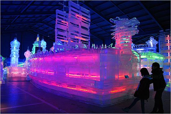 '아시아 빙등광장'의 거북선 얼음 조각.
