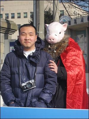 북한 관련 트윗을 RT해 국가보안법 위반 혐의로 구속영장을 청구받은 박정근씨가 영장실질심사를 위해 11일 수원지방법원에 출석했다. 박씨는 구속 결정을 받았다.