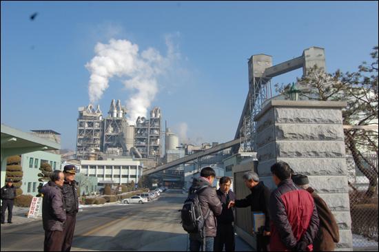 피해배상 결정과 관련한 아세아시멘트공장의 계획을 듣기 위해 마을 주민들이 방문했지만, 회사는 '외부세력'의 출입을 막았다.
