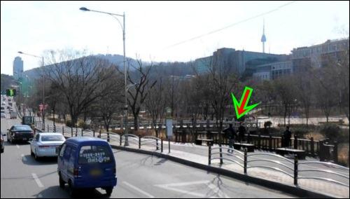 진짜 수표교는 여기에 처박혀있네요.  남산 장충단 오르는 도로 옆에 자기 자리를 떠난 수표교가 처박혀 있습니다.