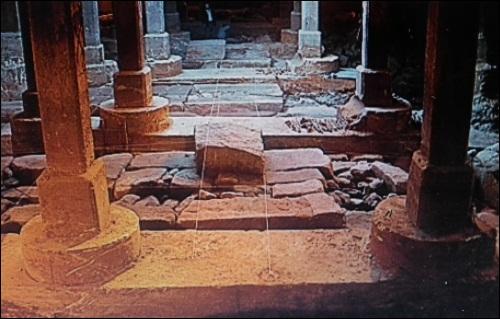 복개된 청계천 다리 밑의 유물들입니다.  청계천을 복개하면서 청계천 안에 있던 역사 유물들을 그대로 두고 시멘트로 덮었습니다. 세로 기둥들은 복개천 기둥이고, 가로의 돌이 바로 조선의 역사 유물입니다.