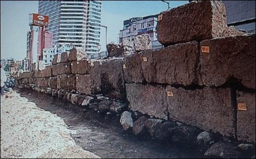 청계천을 따라 늘어서 있던 석축들입니다. 그러나 이들 역시 다 파괴되었습니다.