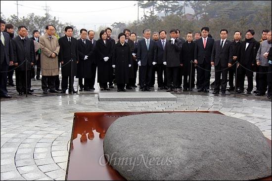 한명숙 대표 등 민주통합당 지도부가 18일 오전 김해 봉하마을 고 노무현 전 대통령 묘역을 참배했다. 사진은 한명숙 대표 등 신임 지도부가 너럭바위 앞에 서 있는 모습.
