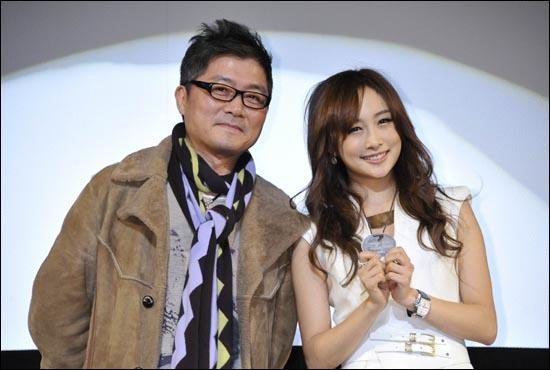 <마이웨이>의 일본 시사회에 카메오로 출연한 '카라' 니콜이 참석했다