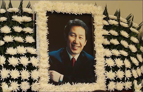 고 김근태 민주통합당 상임고문이 64세로 별세한 가운데, 30일 오전 서울 종로구 서울대병원 장례식장에 마련된 빈소에 영정사진이 놓여져 있다.
