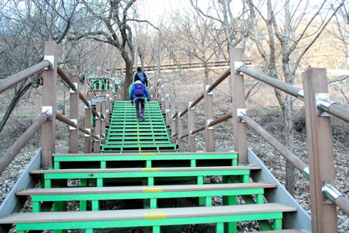 계단 절터 약수 앞에는 약수터로 오르는 계단이 놓여있다