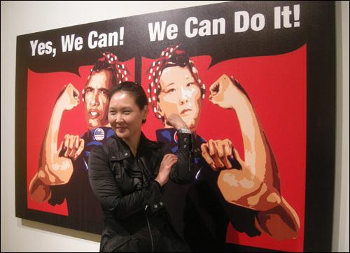 천민정 I '오바마처럼 나도 할 수 있어(Yes We Can Obama & Me)' Polipop Digital Painting 152×244cm. 이 포스터는 세계 2차 대전 당시 공장에서 일하는 미국여성의 아이콘이 된 밀러의 포스터를 차용한 것이다