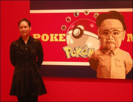 천민정 I '포케맨(Pokeman)' Polipop Digital Painting 152×244cm. 2004년 금강산 방문이후 권력자를 풍자한 미국에서 가장 인기 있었던 영화 '세계경찰(2004)'에서 영감을 받은 작품이다