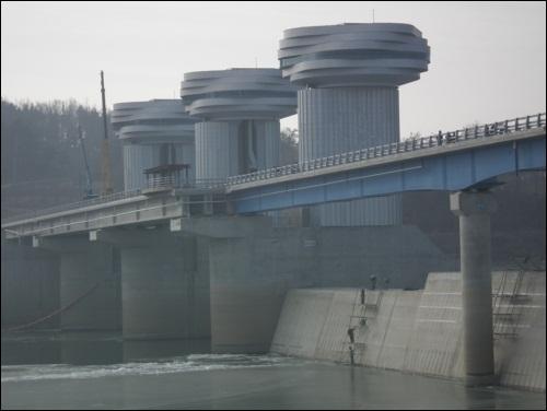 지금 상주댐은 인간 사다리타기 묘기 중 거대한 상주댐 시멘트 기둥에 인간 사다리타기 묘기대행진 중입니다. 줄줄이 새는 댐 방수하기 위해서지요.