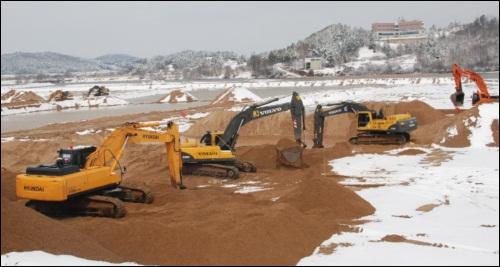 이명박 대통령의 강 살리기 현장 강변의 모래는 죽은 강을 의미한다며 강을 살리기 위해 모래를 열심히 퍼내고 있습니다. 이 대통령이 모래를 다 퍼낸 4대강, 얼마나 잘 살아났을까요?