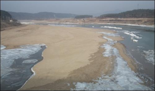 '가카'께서 살린 낙동강에 모래가 쌓이며 다시 죽어가고 있습니다.  힘들게 모래를 다 퍼냈는데, 단 몇 개월 만에 모래가 쌓이며 다시 죽어가고 있습니다.