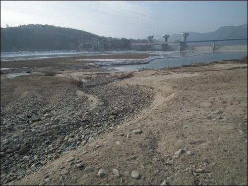 모래가 상주댐으로 신나게 달려간 현장입니다. 모래둑에 자갈 수로가 만들어져있습니다. 모래가 다 쓸려 낙동강으로 들어 간 것을 말하는 것이지요. 이게 바로 자연의 힘이지요.