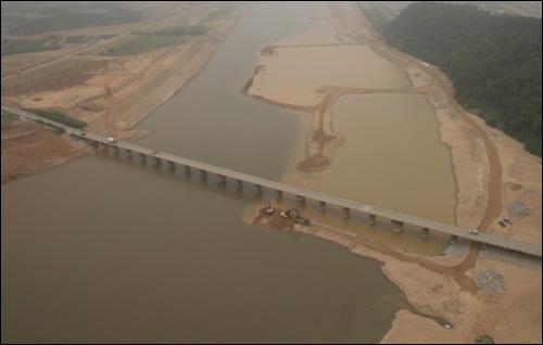 다리 상하 모두 완벽하게 준설해 수로가 완성되고 있습니다.  상주댐 아래 이 다리 주변 역시 모두 준설했습니다. 그러나 지금은....