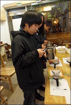 만만한 카페에서 청소년을 대상으로 실시한 커피 교육 현장.