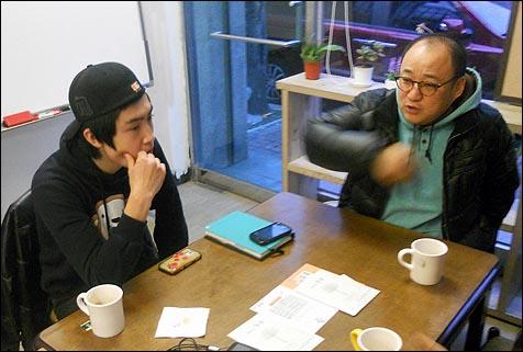 만만한 카페를 운영하는 협동조합 '두루'의 이사장 우성구씨(우), 카페 매니저 박지원씨(좌).