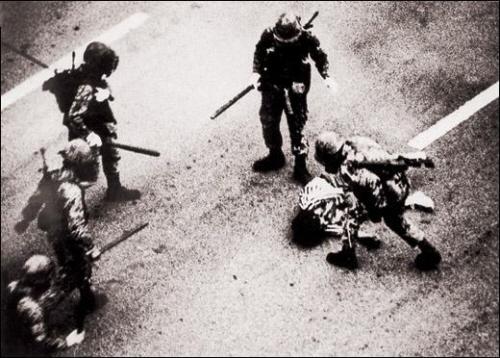 군사 쿠데타로 정권을 잡은 전두환은 당시 광주를 학살의 근거지로 삼아 시민을 적으로 둔갑, 무참히 살육했다.