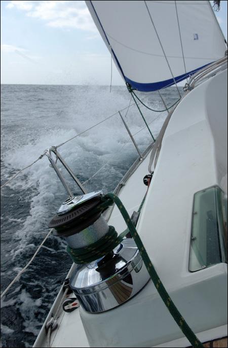 요트가 바람과 파도를 헤치며 대마도를 향해 나아가고 있다.