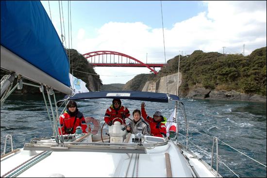 거제도~대마도 요트 횡단 모습. 대마도 아소카 만을 지난 요트는 인공해협인 만제키 다리 밑을 통과해 목적지인 이즈하라 항구로 가고 있다.