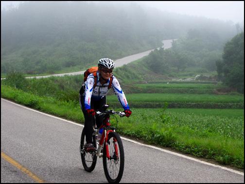 자전거 타기가 취미인 우리 부부 벌써 여러 해 동안 쉬는 날이면 어김없이 남편과 함께 시골마을 곳곳을 누비며 자전거를 타고 다니지요. 오랫동안 자전거 타기가 취미이자 삶이었는데, 그것과 함께 또 다른 취미에 빠져 산답니다.