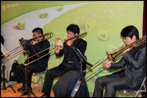 금오윈드 오케스트라 활동 오케스트라 트롬본 파트 단원들이에요. 금관악기만의 매력이 매우 남다르지요. 주마다 한 번씩 모여서 합주를 하고 날마다 개인연습을 한답니다. 저마다 따로 연습을 하다가 합주날 이렇게 모여서 화음을 맞추면 참으로 재미나지요.