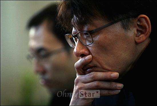 MBC노조 파업 첫날인 30일 오전 서울 여의도 MBC사옥 로비에서 열린 노조파업출정식에서 정영하 위원장이 심각한 모습으로 생각에 잠겨 있다.