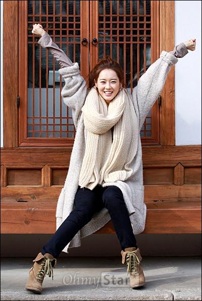 영화<파파>에서 준 역의 배우 고아라가 19일 오전 서울 삼청동의 한 카페에서 오마이스타와 만나 다양한 이야기를 풀어내기에 앞서 인터뷰를 하던 실내의 답답함을 벗어나 야외촬영을 하며 기지개를 펴고 있다.