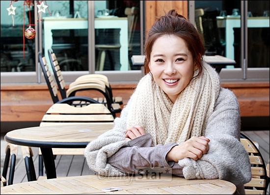 영화<파파>에서 준 역의 배우 고아라가 19일 오전 서울 삼청동의 한 카페에서 오마이스타와 만나 인터뷰를 하기에 앞서 포즈를 취하며 미소짓고 있다.