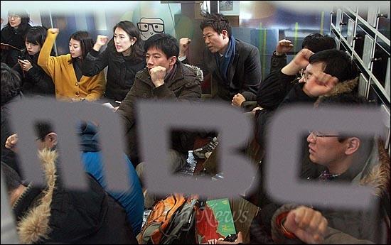 MBC노조 파업 이틀째인 31일 오후 서울 여의도 MBC사옥 '민주의 터'에서 열린 총파업 집회에서 조합원들이 공영방송의 정상화와 김재철 사장의 퇴진을 촉구하며 구호를 외치고 있다.