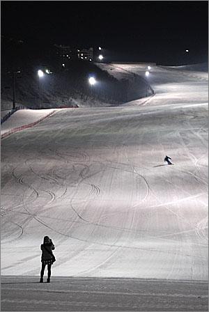 태백시 오투리조트 스키 활강장 밤 풍경.