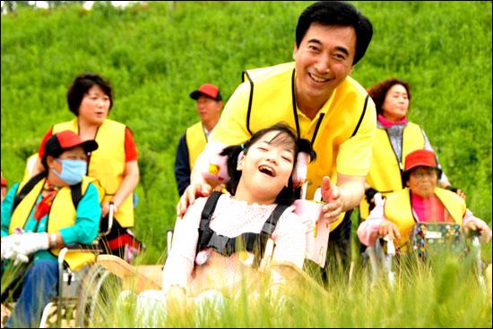 유독히 어린이를 좋아하는 박 후보가 2011년 8월 18일  공주시 정안천에서 공주시장애인걷기에 동참하고 있다.