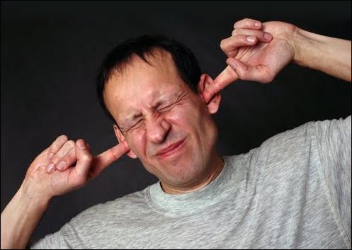 의학계에서는 90db이상의 소음에 장시간 노출될 경우 청각에 문제가 일어날 수 있다고 경고한다. 그런데 현재 시중에 유통되는 거의 모든 종류의 팝과 가요의 음원 음량(리마스터 볼륨)은 95∼100db를 오가는 경우가 대부분이다