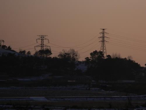 충남 아산에서 용산으로 가는 1시간 30분 남짓한 시간 동안 기차 창 밖으로 수 많은 송전탑이 지나갔다.