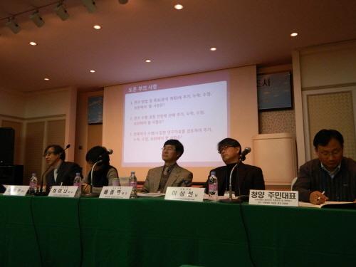 이 날 토론회에는 의과대학과 전기공학 교수들과 시민사회단체 관계자들이 패널로 참석했다.