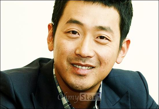 영화<범죄와의 전쟁>에서 최형배 역의 배우 하정우가 27일 오후 서울 삼청동의 한 카페에서 오마이스타와 만나 인터뷰를 하기에 앞서 포즈를 취하고 있다.