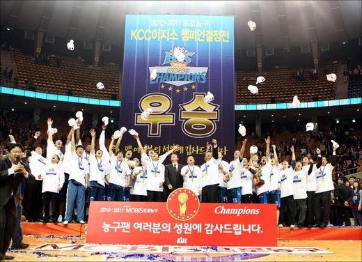 2010~2011 시즌 플레이오프 우승 후, 잠실실내체육관에서 세리머니를 하는 전주 KCC