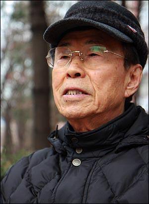 """경상도 출신인 선생은 """"박정희-박근혜 독재자 부녀를 맹목적으로 지지하는 경상도가 부끄럽다""""며 안타까워한다."""