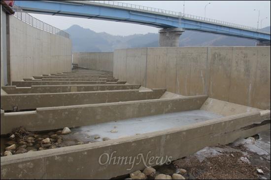 낙동강사업 18공구 창녕함안보의 '어도'다. 사진은 보 상류 쪽에서 하류 방향으로 바라본 모습인데, 지난 5일 현장 답사 때는 물이 흘러 들어가지 않고 있었다.