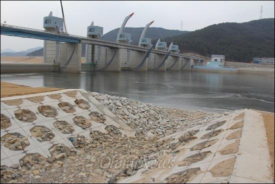낙동강사업 20공구 합천창녕보의 '어도'다. 사진은 어도의 상류에 해당하는 곳이다. 물고기가 다니려면 물이 차 있어야 하는 어도인데 바짝 말라 있다.
