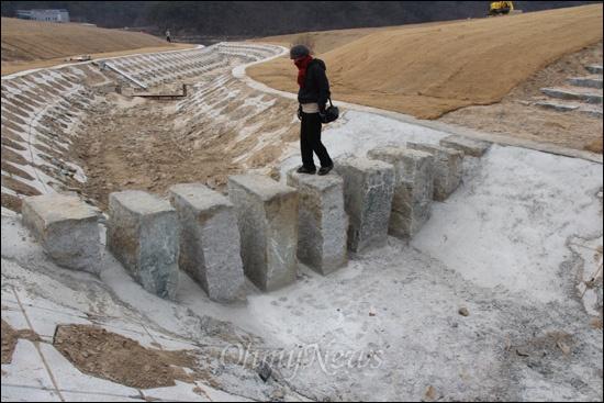 낙동강사업 20공구 합천창녕보의 '어도'다. 이곳 어도는 보 상류에서 물이 흘러 생태공원을 지나 하류 쪽으로 흐르도록 돼 있다. 어도 중간에 돌다리를 만들어 놓았다. 어도 바닥은 대개 돌과 자갈, 흙으로 만들어야 하는데, 한 돌다리 부근에는 시멘트 범벅이 되어 있었다.